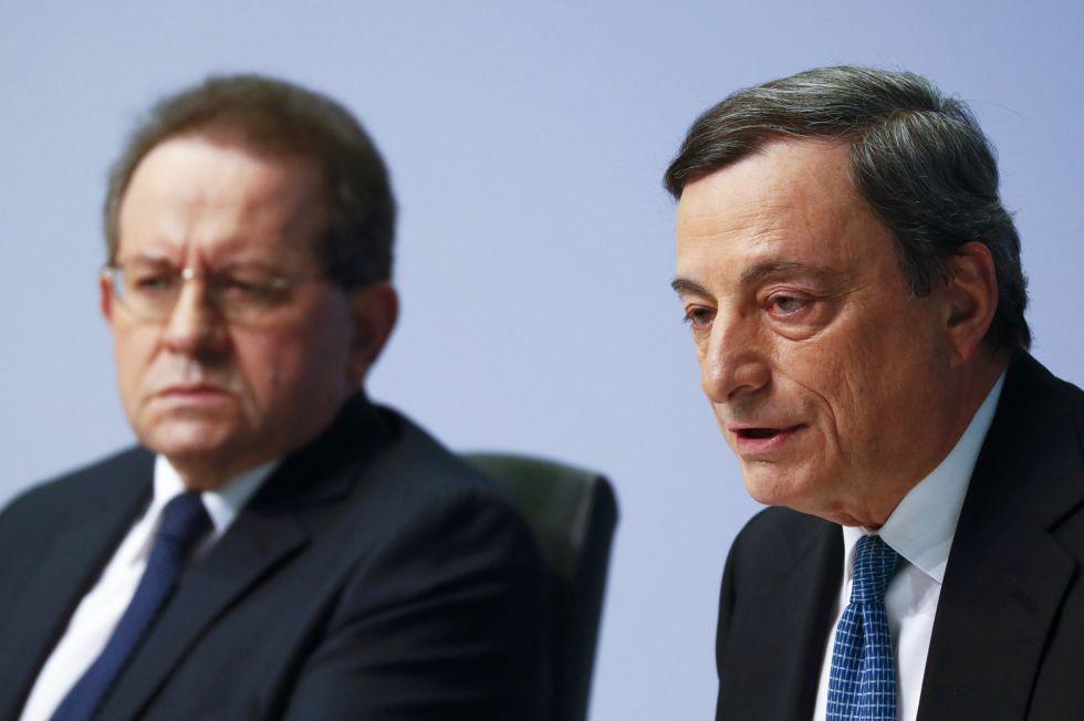 Vítor Constancio y Mario Draghi, este jueves en Fráncfort.