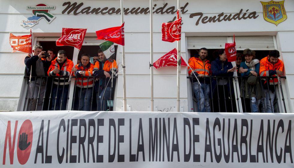 Mineros de la mina de níquel de Aguablanca, durante su encierro para protestar por el cierre