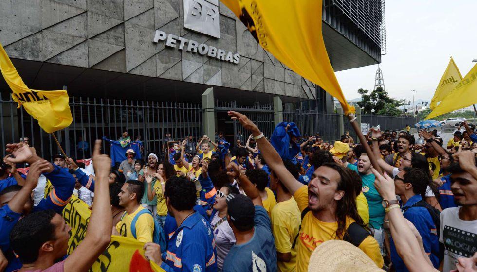 Trabajadores de una empresa subcontratada por Petrobras protesta por el retraso en sus salarios