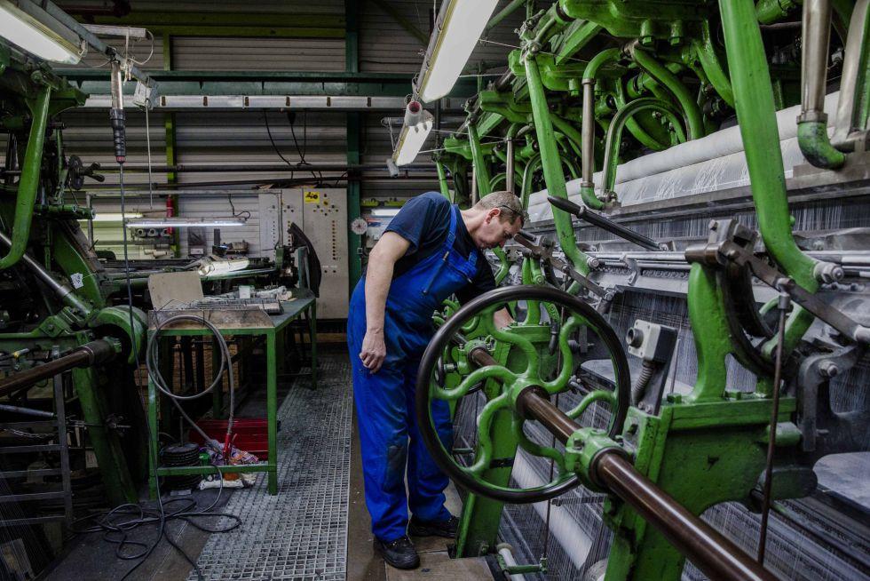 Un operario en una fábrica textil de Calais (Francia).