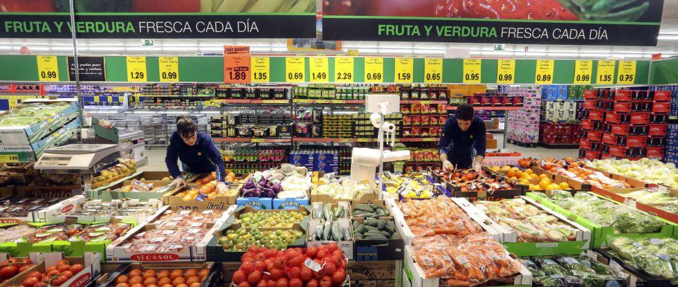 Reponedores en un supermercado Lidl de Madrid
