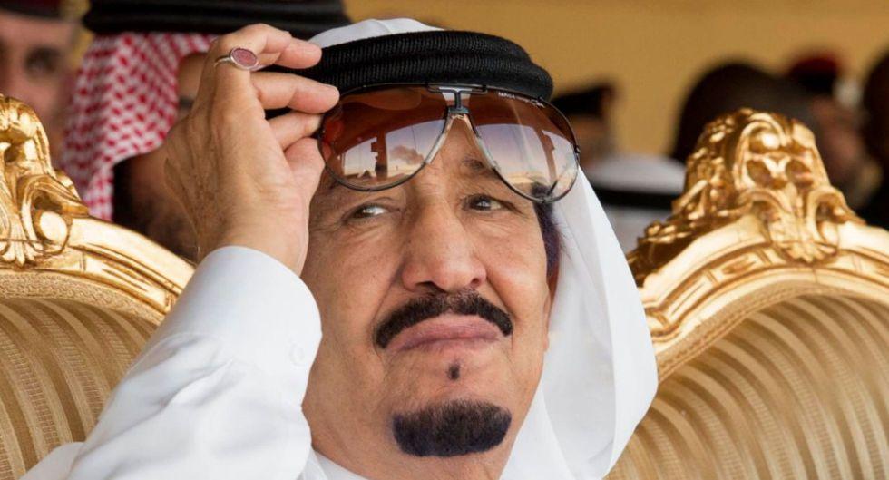 El rey de Arabia Saudí, Salman bin Abdulaziz, durante unos ejercicios militares el pasado día 10.