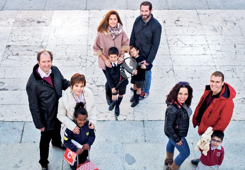 Un grupo de padres con sus hijos en una plaza de Madrid.