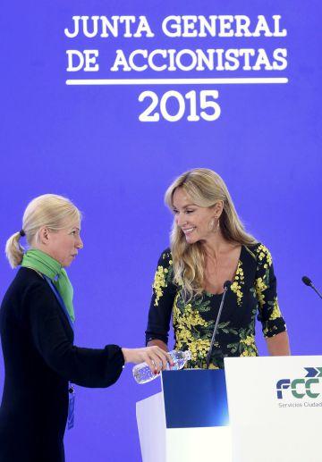 Esther Alcocer Koplowitz, presidenta de FCC (derecha), en la junta general de accionistas del pasado año.