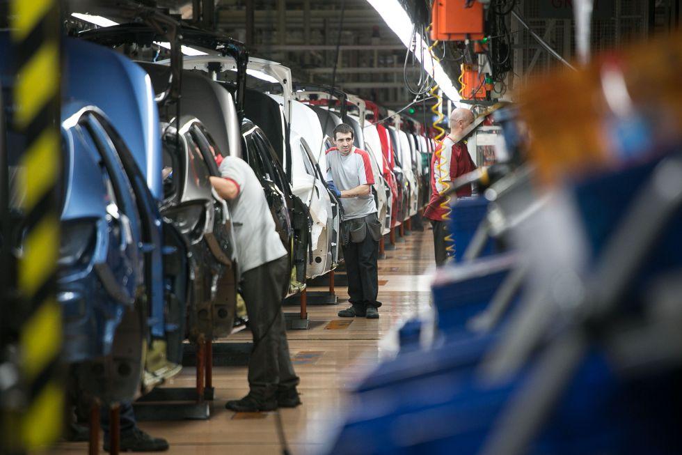Un operario en una fábrica de coches