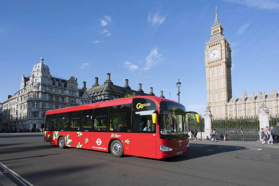 Un autobús eléctrico de Irizar circula por las calles de Londres.