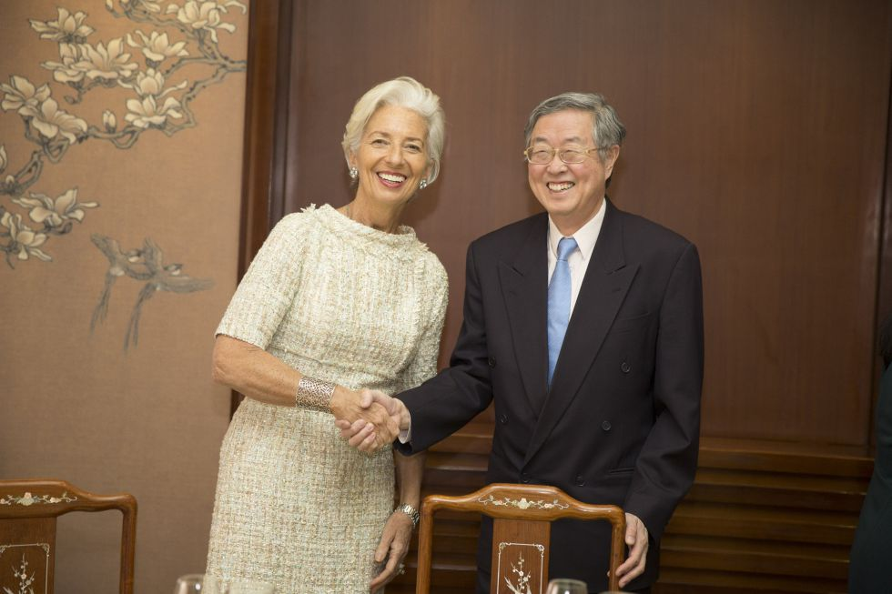 El gobernador del Banco Popular de China, Xiaochuan Zhou, saluda a la directora gerente del FMI, Christine Lagarde