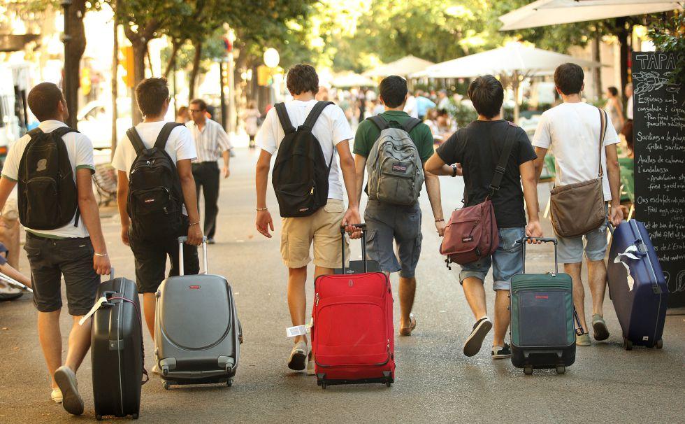 Cinco turistas EN la rambla de Catalunya en Barcelona.