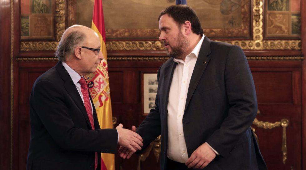 Cristóbal Montoro saluda a Oriol Junqueras.