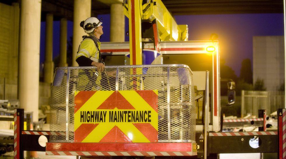 Dos obreros de Amey trabajan en una autovía.