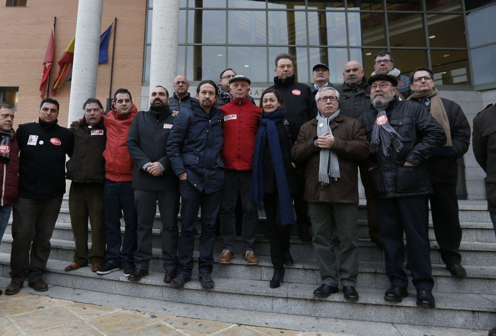 Los ocho sindicalistas de Airbus, arropados por políticos y líderes sindicales el día que comenzó el 9 de febrero de este año, cuando comenzó juicio en Getafe