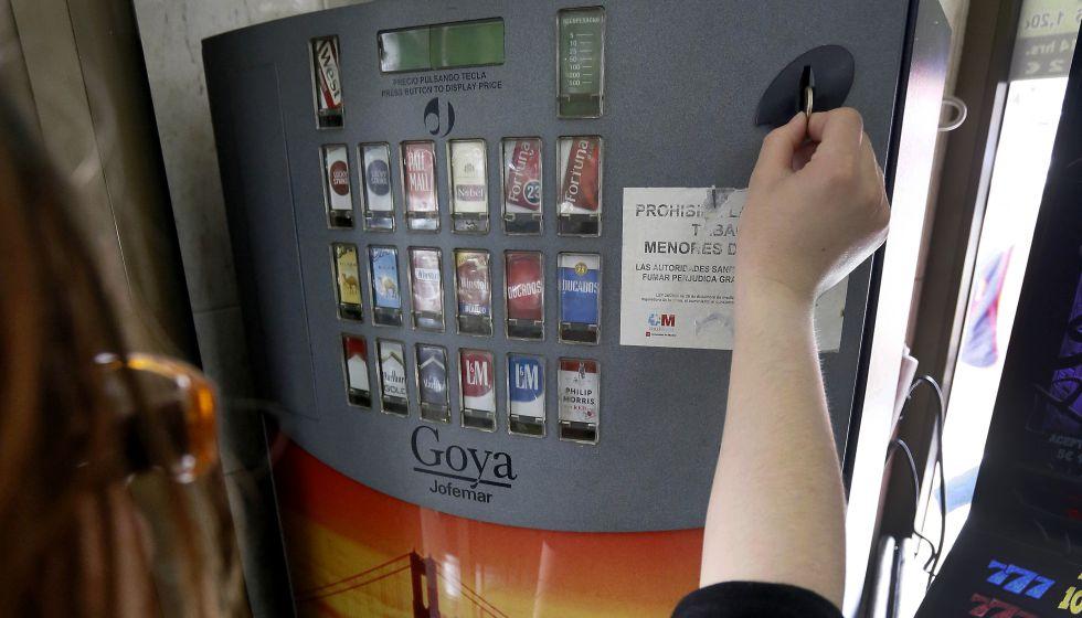 Una máquina expendedora de tabaco en un bar de Madrid