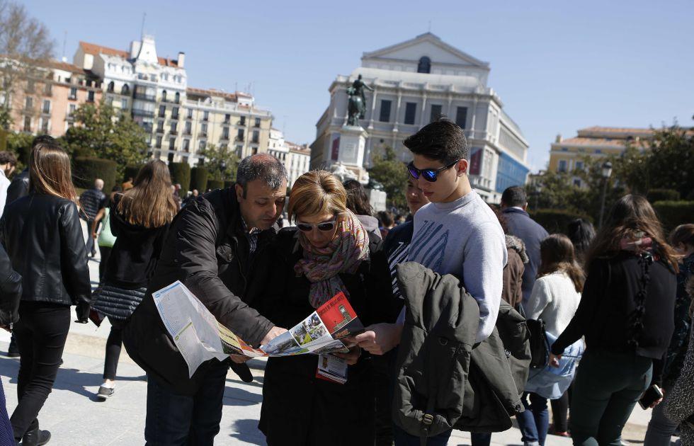 Una familia de turistas italianos en la zona del Palacio Real de Madrid