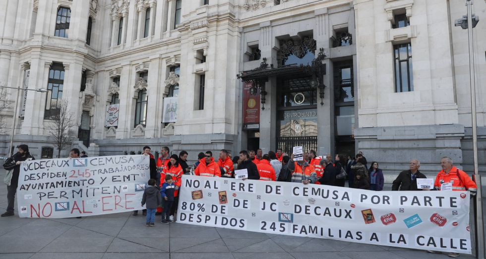 Concentración de los trabajadores de Cemusa en la protesta en la plaza de Cibeles en protesta por el expediente de regulación de Empleo(ERE) que afecta a 167 personas, el 80 % de la plantilla