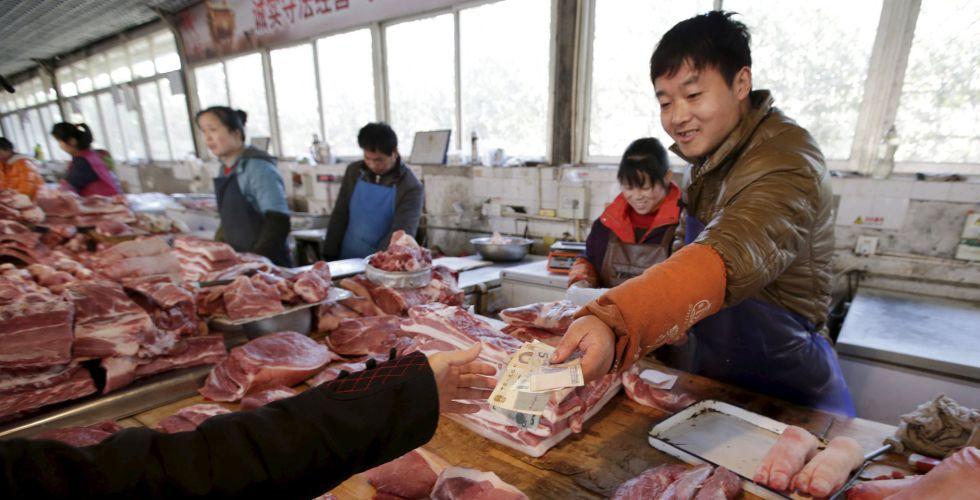Una mujer compra en una carnicería de Pekin.