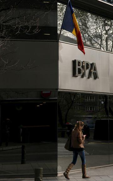Una mujer pasa frente a una oficina del BPA en Andorra