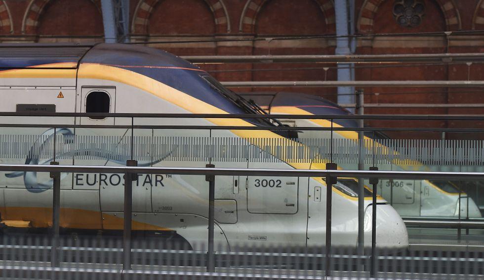 Un tren Eurostar en la estación de ferrocarril de St. Pancras en Londres
