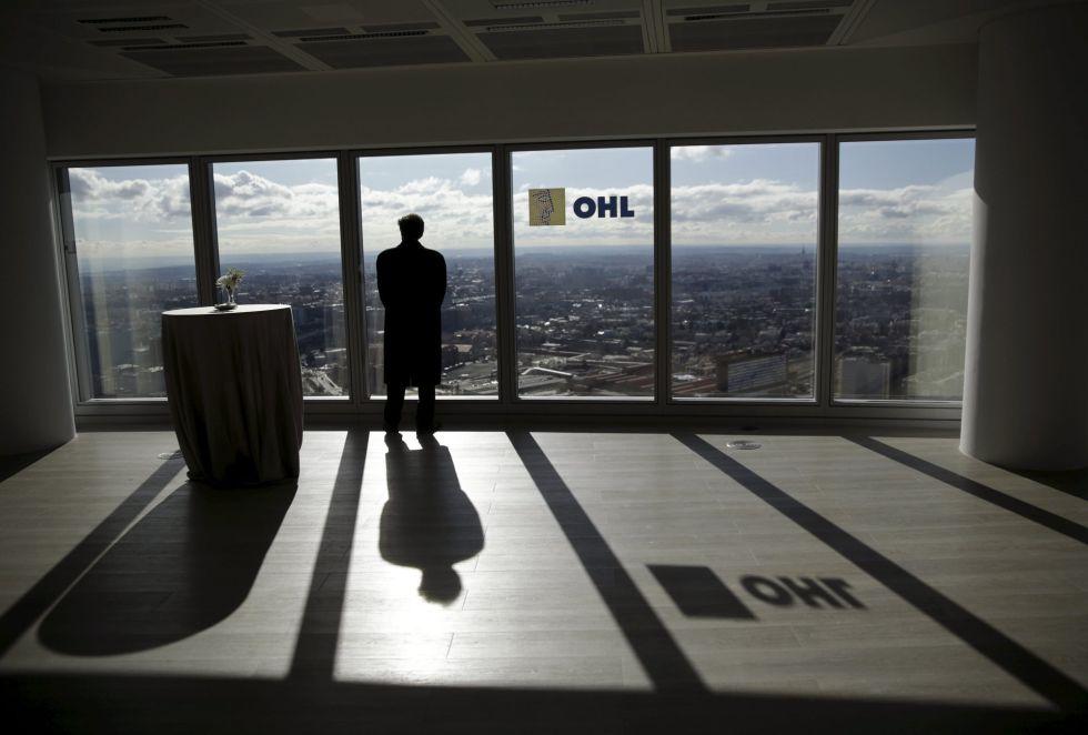 Un hombre en las oficinas de OHL en Madrid.