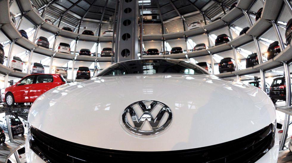 Depósito de vehículos de la marca Volkswagen.