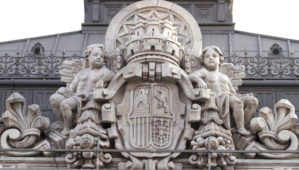 Escudo en la fachada del Banco de España de Madrid.