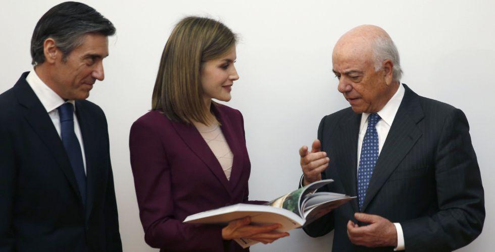 La reina Letizia conversa con el presidente del BBVA, Francisco González, junto al director general de la Fundación BBVA Microfinanzas, Javier Flores.