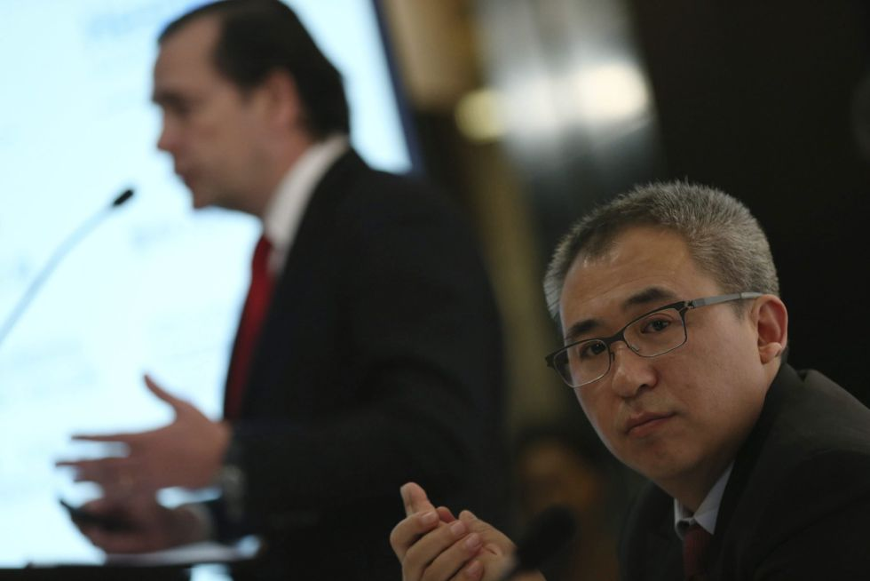 El presidente de la china HNA, Bai Haibo, escucha al CEO de NH, Federico González Tejera, en el evento de NH y HNA e