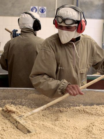 Secagem de quinoa em uma fábrica de El Alto (Bolívia)