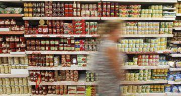 Línea de conservas en un supermercado.