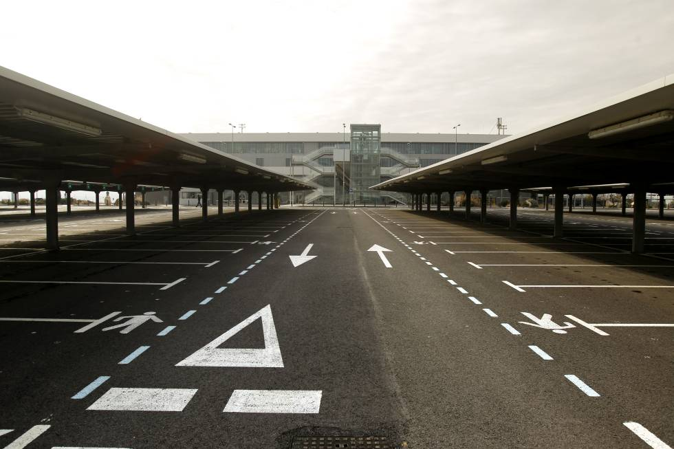 Fachada y aparcamiento vacío del aeropuerto de Ciudad Real.