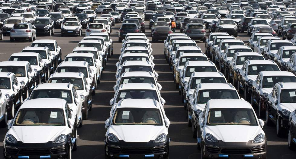 Centenares de vehículos Porsche, recién salidos de fábrica.