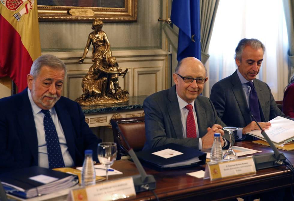 El ministro de Hacienda, Cristóbal Montoro (centro), junto a los secretarios de Estado de Administraciones Públicas, Antonio Beteta (izquierda), y de Hacienda, Miguel Ferre