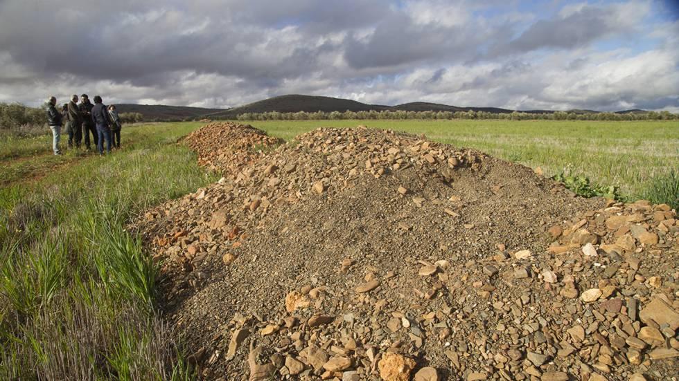 Vecinos de Torrenueva, junto a los restos de una cata de tierras raras