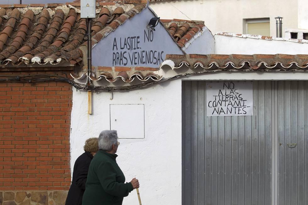 Vecinos de Torrenueva pasan frente a carteles contra la mina.