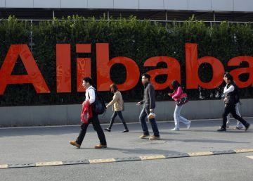Varios viandantes pasean ante la sede de Alibaba, en la ciudad china de Hangzhou.