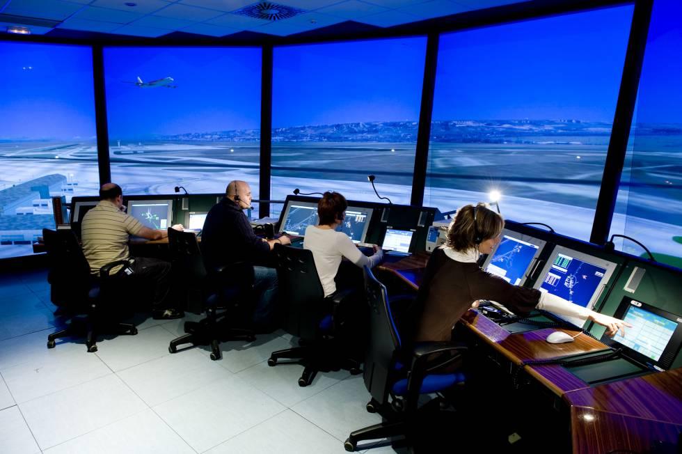 Controladores aéreos en un simulador de torre