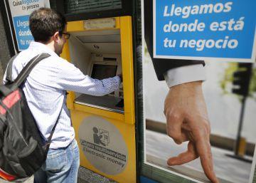 El juez avala la comisión de Caixabank a no clientes para usar sus cajeros