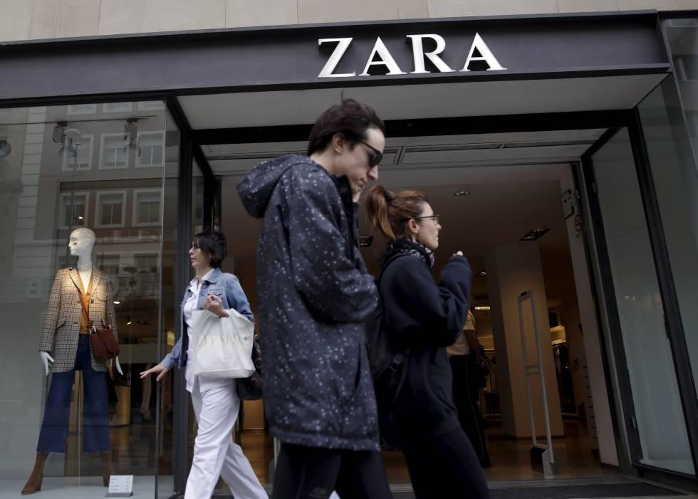 Dos personas pasan ante una tienda de Zara en Madrid