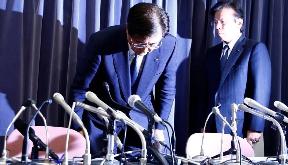 Tetsuro Aikawa, a la derecha, junto al director ejecutivo de la compañía, Osamu Masuko, a su llegada a la rueda de prensa que han ofrecido este miércoles en Tokio.