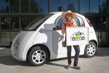 La artista Inmaculada del Castillo decora el coche sin conductor de Google.