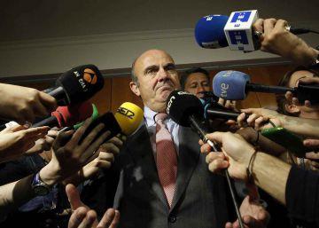 """Guindos, """"convencido"""" de que Bruselas no multará a España por el déficit"""