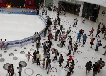 Visitantes en el nuevo centro comercial Wanda Mall, en Jiangxi, China.