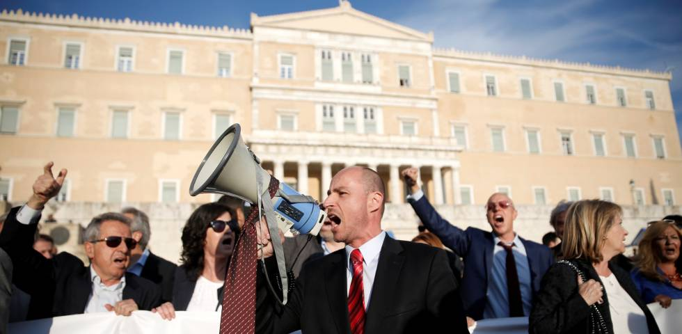 Manifestación de abogados frente al Parlamento griego, en Atenas.