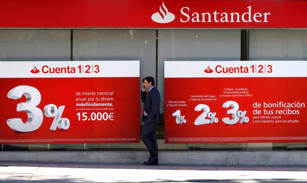 Una oficina en Madrid del Banco Santander, entidad que ha pactado recientemente una regulación de empleo