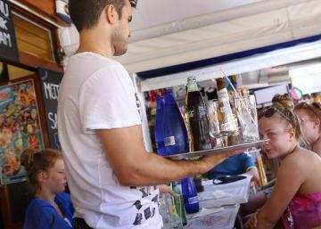 Un camarero sirve a un grupo de turistas en la terraza de un restaurante en la Alcudia, Mallorca.
