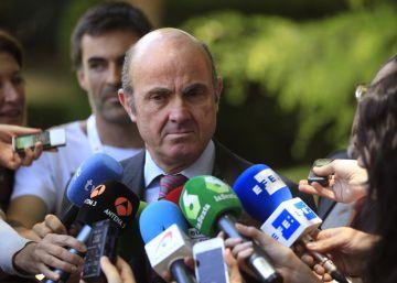"""Guindos cree que es """"una mala noticia"""" que el PSOE sea la tercera fuerza"""