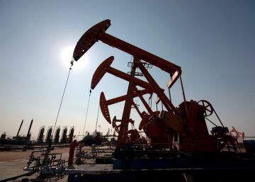 El precio del crudo desbarata las previsiones económicas del Gobierno