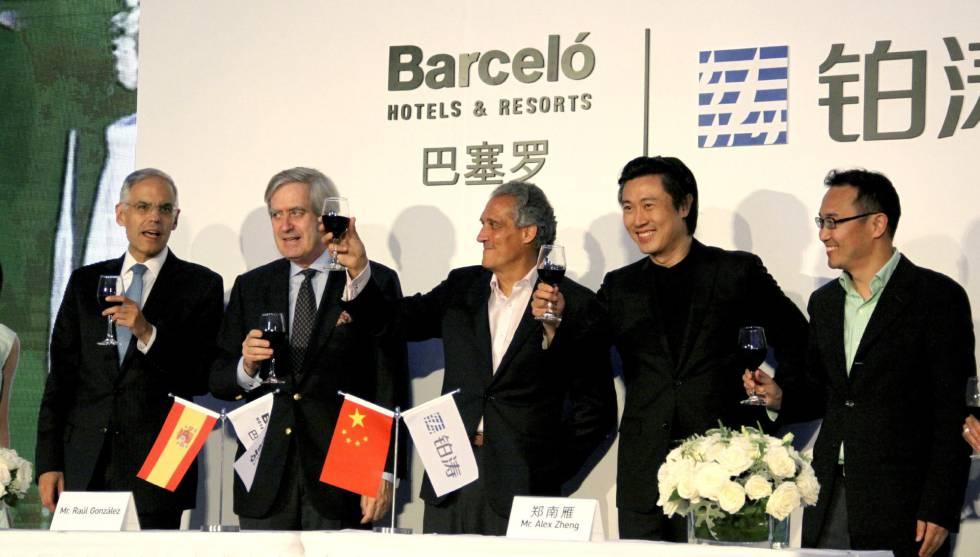 El consejero delegado para el mercado europeo, mediterráneo y norte de África de Barceló, Raúl González (en el centro), junto a otros directivos de la compañía y el fundador de Plateno, Alex Zheng (segundo por la derecha)
