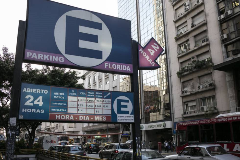 La pizarra de este estacionamiento en Buenos Aires indica 52 pesos la hora, casi 4 dólares.