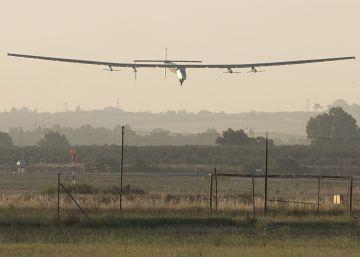 El avión solar aterriza en Sevilla tras cruzar el Atlántico desde Nueva York