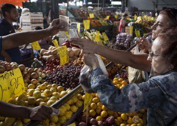 Dos mujeres pagan con billetes de baja denominación en el Mercado Central.